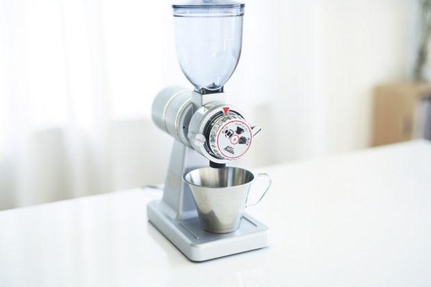 カリタのコーヒーミル「ナイスカットミル」にJonasの計量カップを合わせるとおしゃれで使いやすい!