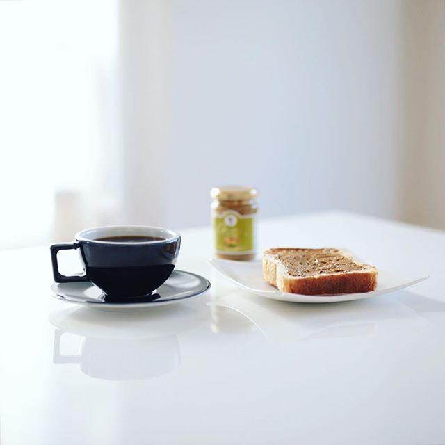お土産にもらったBABBIのピスタチオスプレッドクリームとSURIPUの食パンでグッドモーニングコーヒー。うまい! (Instagram)