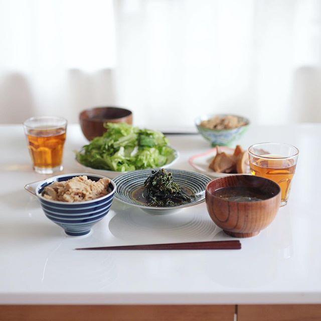 今日のお昼ご飯は、たけのこごはん、ワラビのおひたし、レタスとミントのサラダ、白菜キムチ、筍の煮物、玉ねぎと海苔と三つ葉のお味噌汁。うまい! (Instagram)