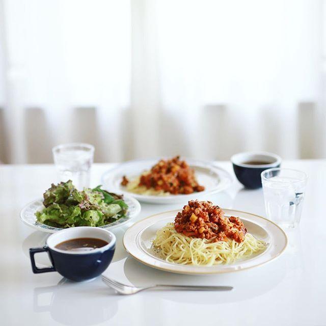 今日のお昼ご飯は、野菜ゴロゴロのミートソースパスタ、葉っぱのサラダ、キャベツとえのきのお味噌汁。うまい! (Instagram)