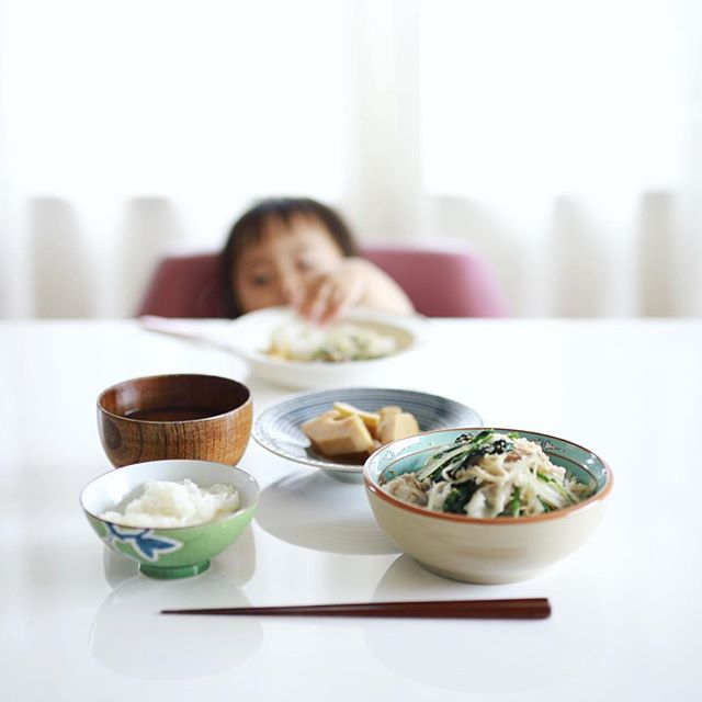 今日は赤ちゃんと2人でお昼ごはん。豚ともやしとほうれん草の塩麹蒸し、たけのこの煮物、豆腐とわかめのお味噌汁、白米。うまい! (Instagram)