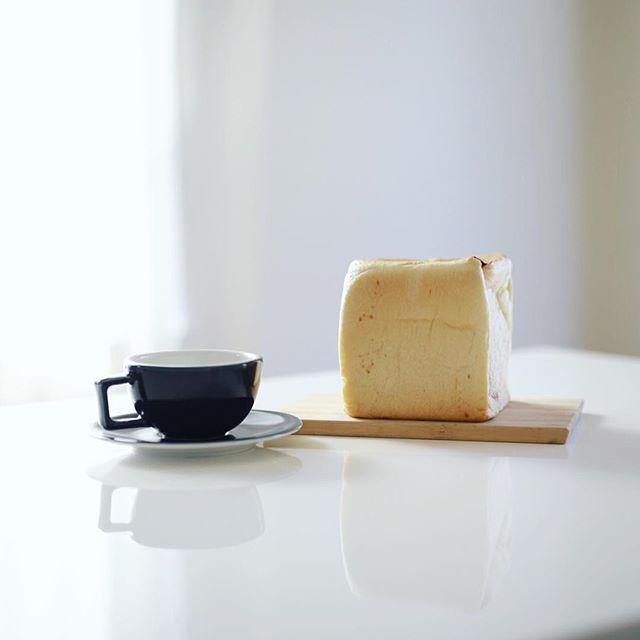 仲田の一本堂で買ったチーズゆたか食パンでグッドモーニングコーヒー。うまい! (Instagram)