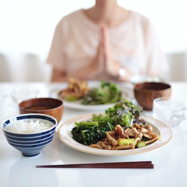 今日のお昼ご飯は、豚とアスパラとしめじの塩麹炒め、春菊のおひたし、からし菜と水菜のサラダ、ジャガイモとえのきのお味噌汁、白米。うまい! (Instagram)