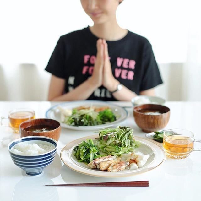 今日の #お昼ご飯 は、手羽中の焼いたやつ、小松菜のおひたし、葉っぱいろいろとミントのサラダ、大根スティック、舞茸と大根葉のお味噌汁、きゅうりの粕漬け、白米。うまい! (Instagram)