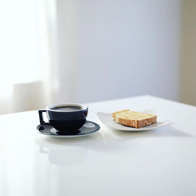 グッドモーニングコーヒー&トースト。誰も起きてこないので、のんびり読書タイム。うまい! (Instagram)
