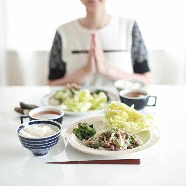 今日のお昼ご飯は、豚としめじと白菜の塩麹蒸し、からし菜のおひたし、レタスサラダ、茄子のぬか漬け、ジャガイモとわかめと大根のお味噌汁、白米。うまい! (Instagram)