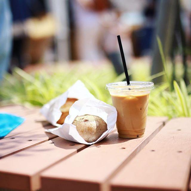 半田赤レンガ建物でやってる暮らしとコーヒー&赤レンガマルシェに遊びに来たので、 #SURIPU のあんぱんと #sugicoffeeroasting のアイスラテでグッドモーニングコーヒー。うまい! (Instagram)