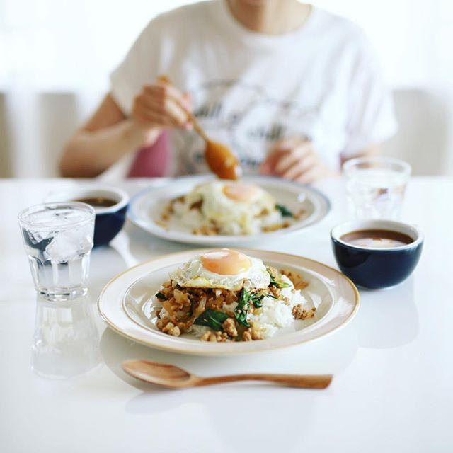 今日の夜ごはんは、バジルとアップルミントの和風ガパオライス、豆腐とわかめのお味噌汁。うまい! (Instagram)