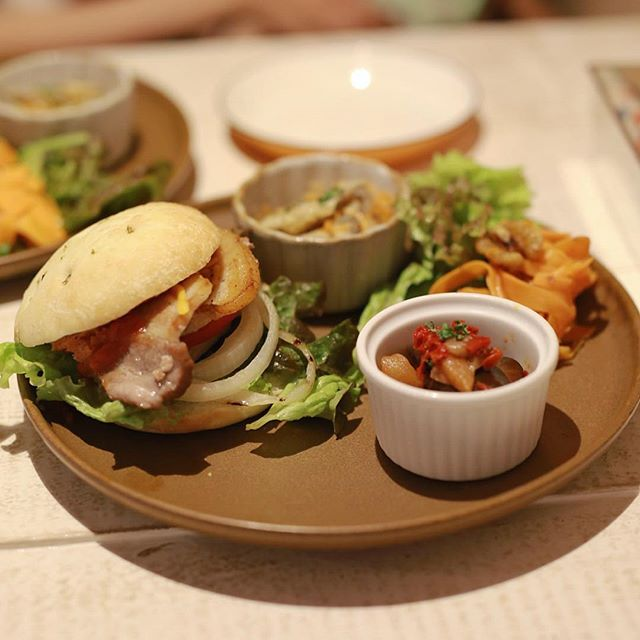 仲田にオープンしたマタタビ食堂にランチしに来たよ。自家製ベーコンのフォカッチャサンド。うまい!#オニマガ名古屋散歩 (Instagram)