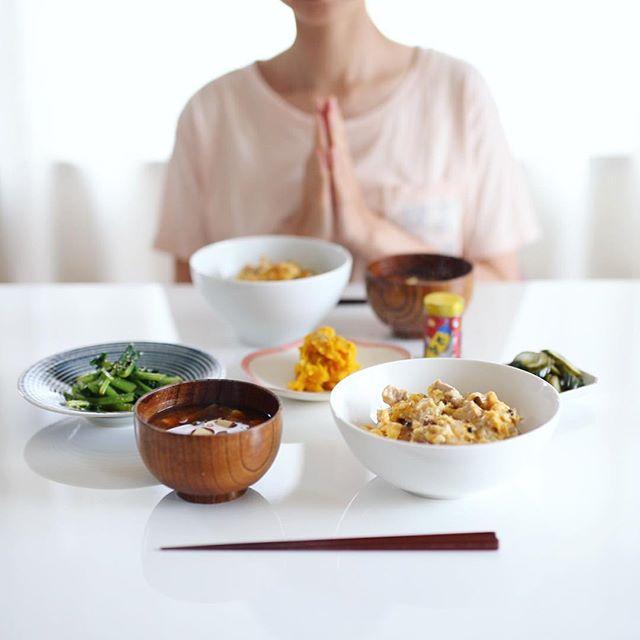 今日のお昼ご飯は、親子丼、かぼちゃとさつまいものサラダ、小松菜のおひたし、きゅうりのぬか漬け、豆腐とわかめとえのきのお味噌汁。うまい! (Instagram)