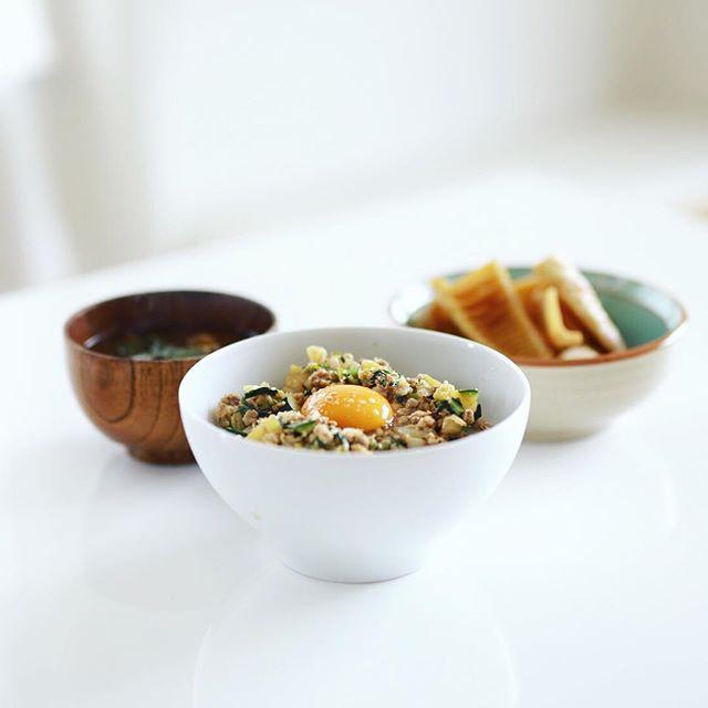 今日のお昼ご飯は、野菜ゴロゴロの肉味噌丼with名古屋コーチン生卵、淡竹の煮物、小松菜と舞茸のお味噌汁。うまい! (Instagram)