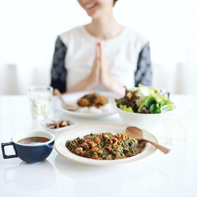 今日のお昼ご飯は、ほうれん草とチキンのカレー、レタスとアップルミントのサラダ、白菜としめじのお味噌汁、生姜の醤油漬け。うまい! (Instagram)