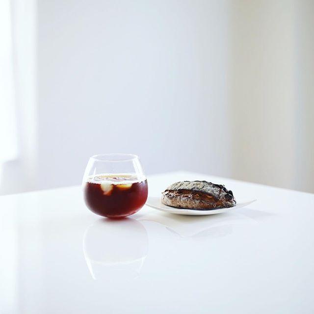 半田赤レンガマルシェで買ってきた+ICHICAFEのドライフルーツとナッツのハードなやつでグッドモーニングコーヒー。うまい! (Instagram)