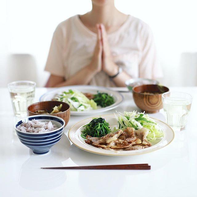 今日のお昼ご飯は、豚の生姜焼き、ほうれん草のおひたし、白菜とアップルミントのサラダ、キャベツとキノコのお味噌汁、黒千石大豆ごはん。うまい! (Instagram)