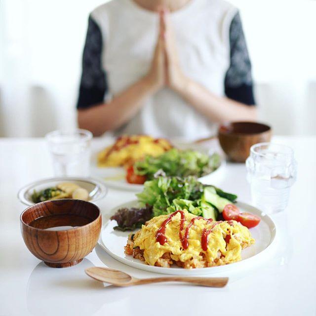 今日のお昼ご飯は、オムライス、葉っぱとトマトのサラダ、蕪の醤油漬け、しめじと大葉のお味噌汁。うまい! (Instagram)