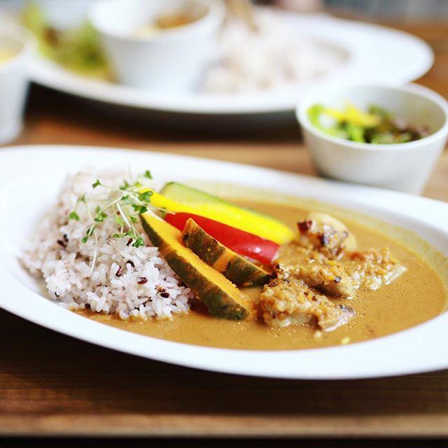 東別院のen-kitchen cafeにカレー食べに来たよ。ベジカレーに塩麹チキントッピング。うまい!#オニマガ名古屋散歩 (Instagram)
