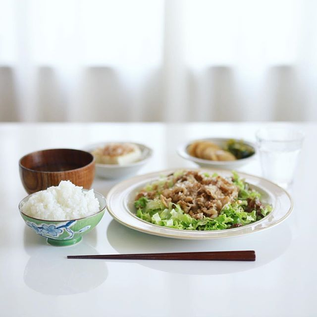 今日のお昼ご飯は、豚の焼きしゃぶサラダ、冷奴、蕪の醤油漬け、大根葉とシメジとわかめのお味噌汁、土鍋ごはん。うまい! (Instagram)