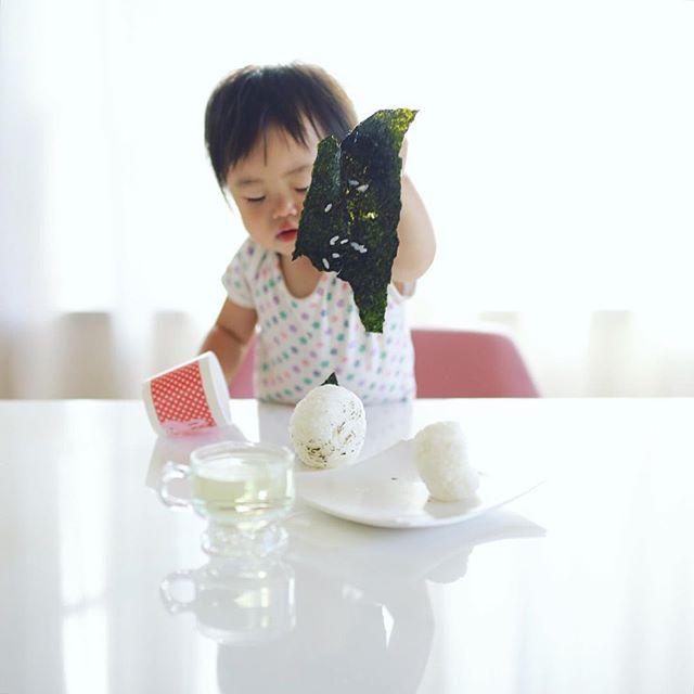 グッドモーニング塩むすび。海苔が好きすぎておにぎりから海苔だけ剥がして食べちゃう赤ちゃん。うまい! (Instagram)