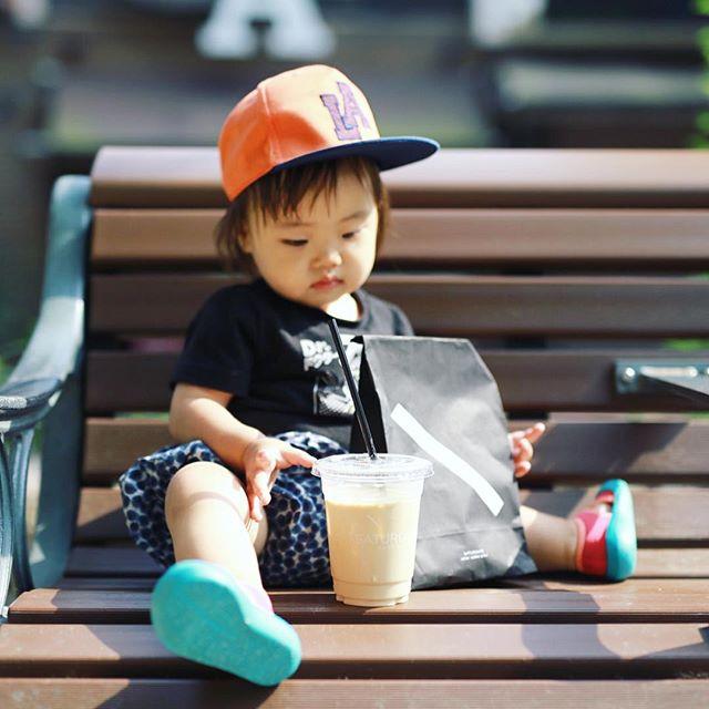 SATURDAYS SURF NYCでカフェラテとおやつ買って矢場公園で赤ちゃんとピクニック。母は大須演芸場に落語を聞きに行ったので2人で留守番な水曜日の午後。うまい! (Instagram)