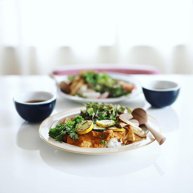 今日のお昼ご飯は、MTRのレトルトカレーのパニールマカニに、パクチーと焼き野菜たっぷりトッピング。うまい! (Instagram)