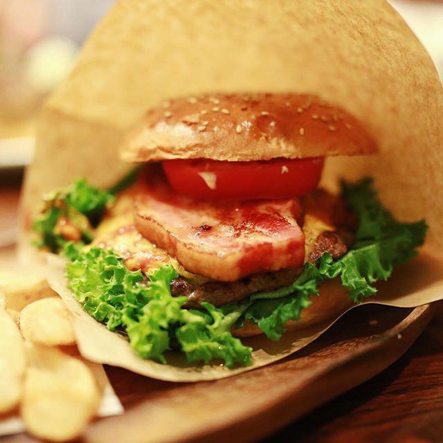 栄のアボットキニーにハンバーガー食べに来たよ。厚切りベーコンチーズバーガー。うまい!#abbotkinneycafe #abbotkinney・#オニマガ名古屋散歩 (Instagram)