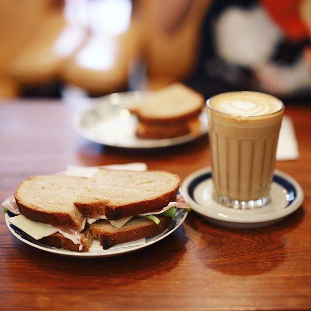 高岳のトランクコーヒーにモーニングしに来たよ。カフェラテ&生ハムチーズサンドイッチ。うまい!#オニマガ名古屋散歩 #trunkcoffee (Instagram)