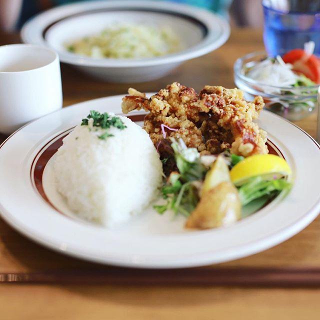 鶴舞の高架下にオープンしたWitCAFEにごはん食べに来たよ。今日の定食ランチは鶏のから揚げ定食。うまい!#オニマガ名古屋散歩 (Instagram)