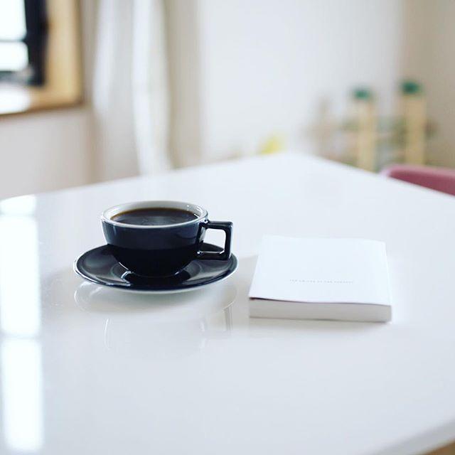 グッドモーニングコーヒー。誰も起きてこないので読書をする静かな朝。うまい! (Instagram)