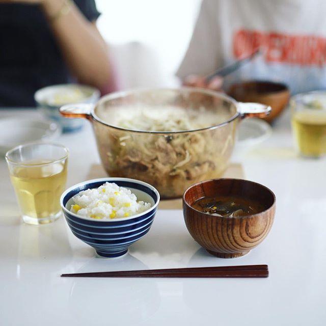 今日のお昼ご飯は、とうもろこしごはん&蒸し鍋パーティー。うまい! (Instagram)