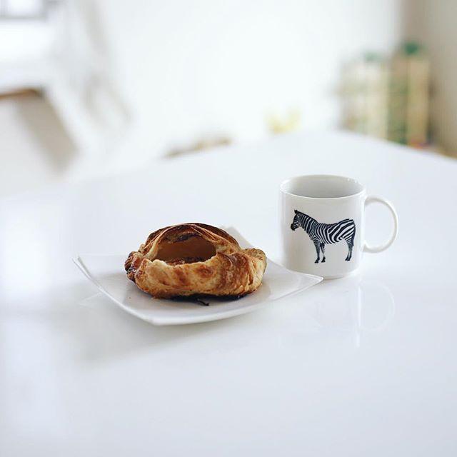 coeriのアップルパイとコーヒーでおやつタイム。三越で今日からやってるフェアトレードカフェで買ってきたやつ。うまい! (Instagram)