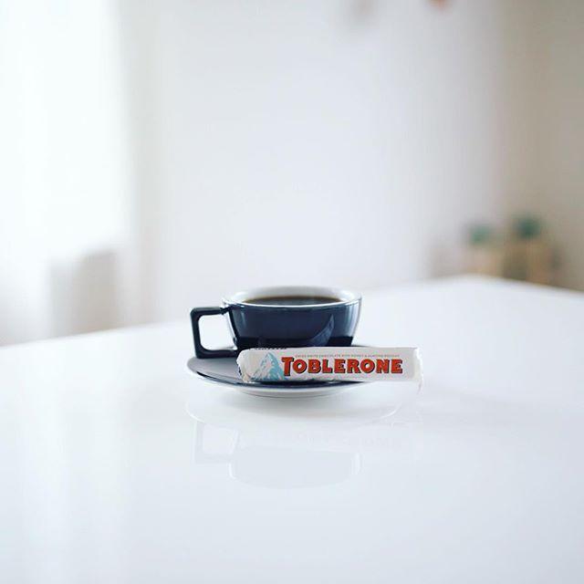 グッドモーニングコーヒー&トブラローネホワイト。TOBLERONEはホワイトチョコのやつが一番好き。コーヒーとベストマッチング。うまい! (Instagram)