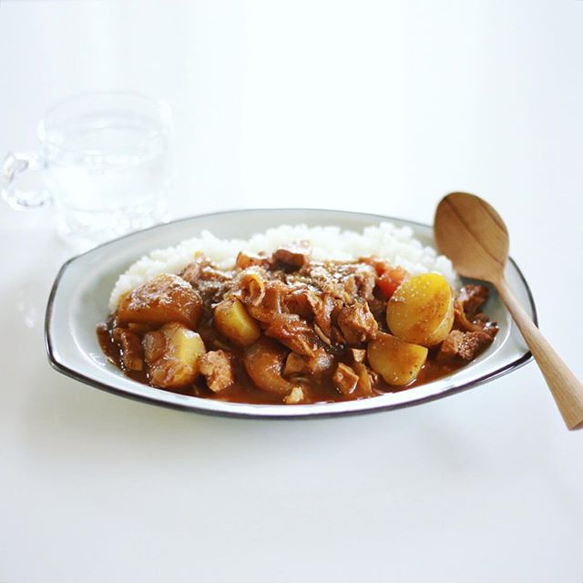 今日の夜ご飯は、新じゃがとトマトのチキンカレー。チリ抜きのかわりに新生姜たっぷり。うまい! (Instagram)