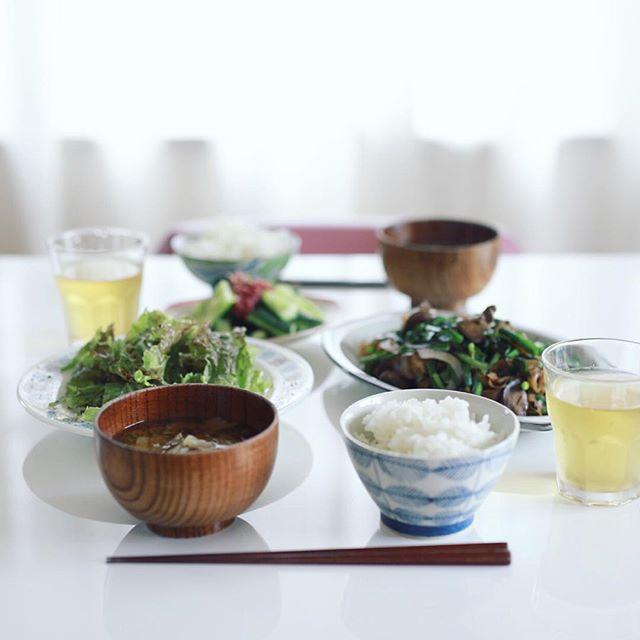 今日のお昼ご飯は、レバニラ炒め、葉っぱのサラダ、きゅうりの梅肉和え、キャベツと大葉のお味噌汁、土鍋ごはん。うまい! (Instagram)