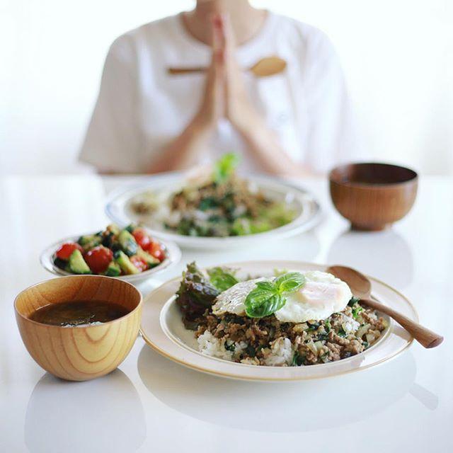今日のお昼ご飯は、バジルと大葉とアップルミントで作ったガパオライス風なやつ、ミニトマトときゅうりのごま和え、ラディッシュとしめじのお味噌汁。うまい! (Instagram)