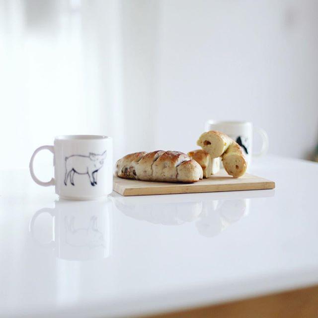 nana bagelとmomochami Breadでグッドモーニングコーヒー。昨日の東別院てづくり朝市で買ってきたお土産。うまい! (Instagram)