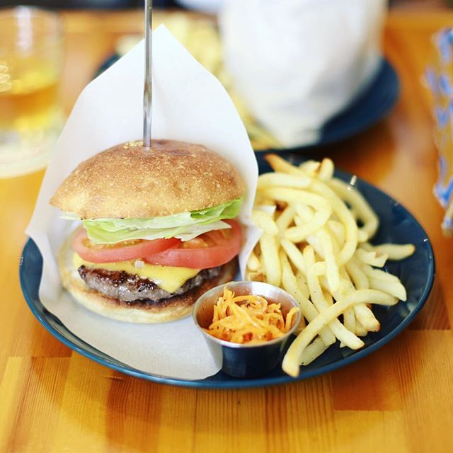 覚王山に来たのでKakuozan Larderでハンバーガーなお昼ごはん。うまい!#オニマガ名古屋散歩・#kakuozanlarder #ラーダー #覚王山ラーダー #ハンバーガー (Instagram)