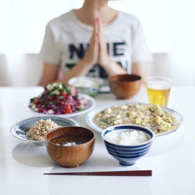 今日のお昼ご飯は、和風麻婆豆腐、おからの煮物、葉っぱいろいろのサラダ、茄子とわかめのお味噌汁、土鍋ごはん。うまい! (Instagram)