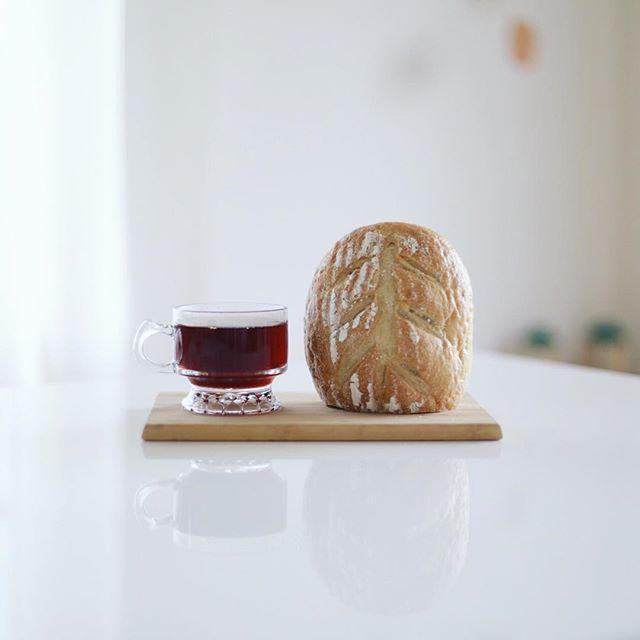 グッドモーニングコーヒー&カンパーニュ。フラリエに月1だけやってくる農家さんの焼いた天然酵母パン。うまい! (Instagram)