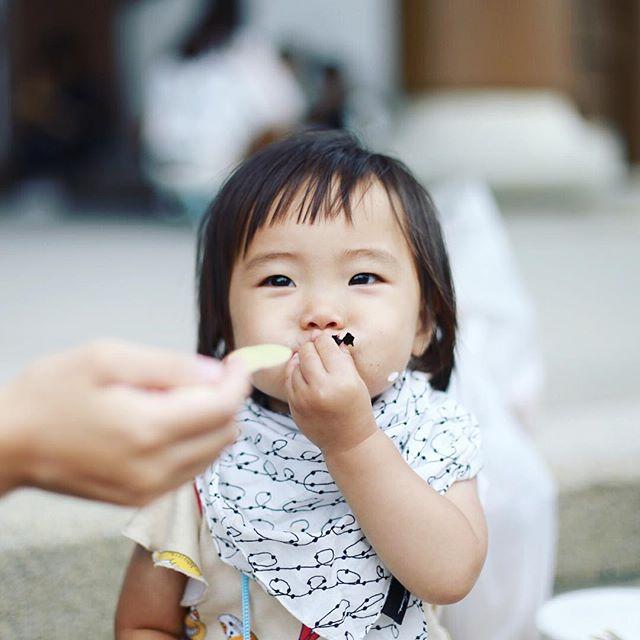 東別院てづくり朝市に遊びに来たよ。おにぎりやさんのおにぎりとRiRの冷製ポタージュとmomochami Breadのパンでお昼ごはん。そしてやっぱり海苔ばっかり食べる赤ちゃん。うまい!#オニマガ名古屋散歩 (Instagram)