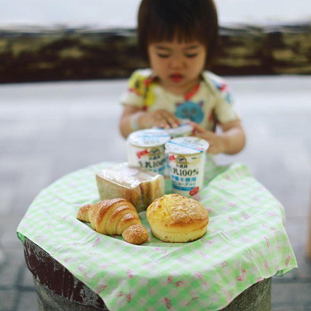 グッドモーニング小岩井の飲むヨーグルト&浅草橋のHARU*BOUZのパンでピクニックな東京2日目。赤ちゃんが熱出したのでこれから病院。熱あるのに元気。うまい! (Instagram)