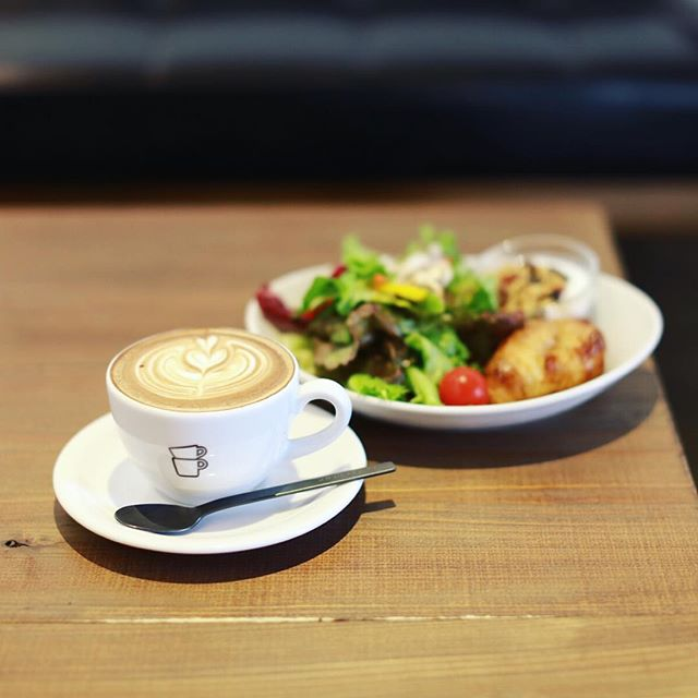 THE CUPS FUSHIMIにモーニングしに来たよ。カフェラテ&サラダ。うまい!#オニマガ名古屋散歩 (Instagram)