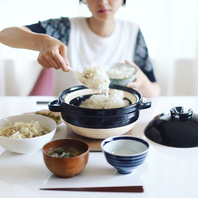 今日のお昼ご飯は、かんぱちの炊き込みごはん、キャベツとキノコの塩麹蒸し、ミニトマトときゅうりのごま和え、セロリと玉ねぎのお味噌汁。うまい! (Instagram)