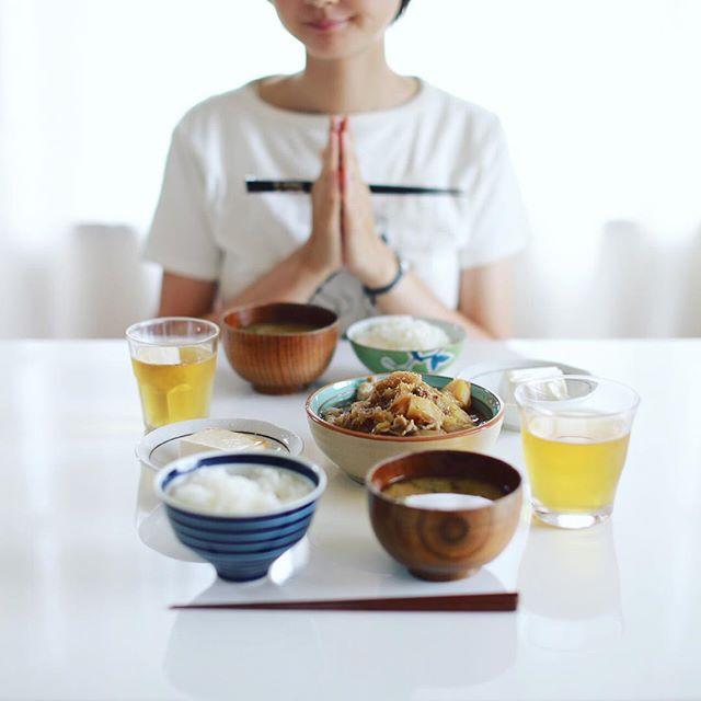 今日のお昼ご飯は、肉じゃが、冷奴、キャベツとキノコのお味噌汁、出汁ごはん。うまい! (Instagram)