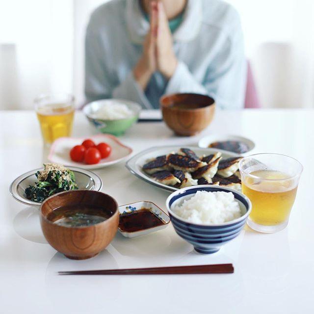 今日のお昼ご飯は、焼き過ぎた餃子、ほうれん草のおひたし、ミニトマト、ラディッシュと乾燥なめことわかめのお味噌汁、土鍋ごはん。うまい! (Instagram)