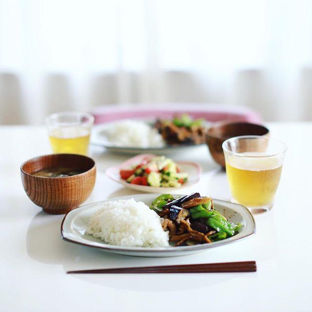 今日のお昼ご飯は、茄子とピーマンと豚肉と舞茸の味噌炒め、きゅうりとトマトのサラダ、キャベツとなめことわかめのお味噌汁、白米。うまい! (Instagram)