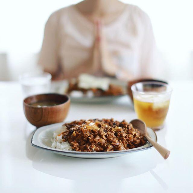 今日のお昼ご飯は、余ったお味噌汁をリメイクして作った、鶏ひき肉とキャベツのスパイスカレー卵黄のせ。たまにワカメが出てくるぜ。うまい! (Instagram)