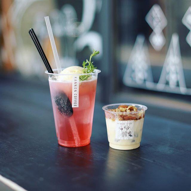 KANNON COFFEEでおやつタイム。ラムレーズンアイス&チャイのグラニテと、自家製すももシロップのフロート。うまい!#オニマガ名古屋散歩・#カンノンコーヒー #kannoncoffee #大須カフェ (Instagram)