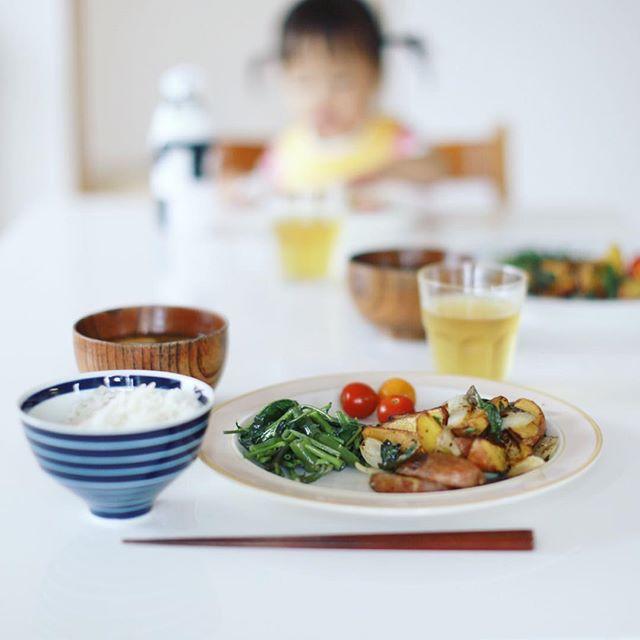 今日のお昼ご飯は、ジャーマンポテト的なやつ、空芯菜の炒めもの、ミニトマト、豆腐となめこのお味噌汁、白米。うまい! (Instagram)