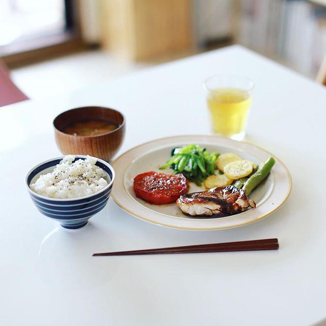 今日のお昼ご飯は、鶏の照り焼き、焼きトマト&獅子唐、ポテト、小松菜のおひたし、オクラとミニトマトのお味噌汁、5分つき玄米。うまい! (Instagram)