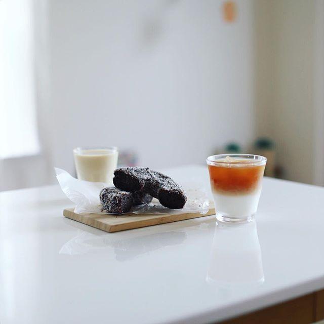 グッドモーニングコーヒー牛乳&ZARAMEのココナッツチョコ的なドーナツ。うまい! (Instagram)